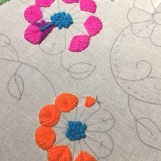 Tutorial de bordado mexicano y peruano – Espacio Claudelina Tambour Embroidery, Hand Embroidery Flowers, Hand Embroidery Stitches, Modern Embroidery, Crewel Embroidery, Embroidered Flowers, Cross Stitch Embroidery, Embroidery Patterns, Mexican Embroidery