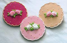 Aprenda a decorar biscoitos com glacê real - instrumentos:  Bicos de confeitar e sacos de confeitar Frascos estilo maionese e ketchup Glacê real Corantes nas cores desejadas Palito de dentes