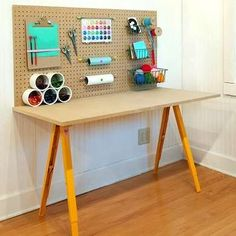 Ojo me gusto la idea de la mesa con los caballetes.   y el panel super bien DIY Craft Station Work Bench