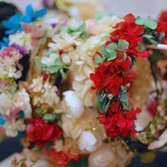Buenos días! !! Flores y más  flores con ellas darás color a tu look de invierno! #coronasdeflores #hortensias #wedding #headpieces #bodas #otoño #bodasotoño