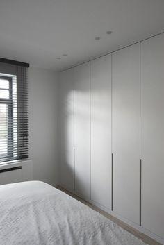 les portes de placard en bois de couleur gris dans la chambre à coucher