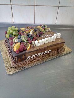 Tortička pre troch oslávencov na raz .....tortička pre čokoholikov...čoko cesto + čoko krém + čokoládová ryža + ozdoba trochu belgickej čokolády + čo sa k čokoláde hodí najviac??? ovocie....dodatočne ešte raz všetko naj prajem ....