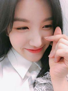 this precious baby's name is Xiyeon plz love her South Korean Girls, Korean Girl Groups, Im Nayoung, Pledis Girlz, Dragon Family, Sinb Gfriend, Pledis Entertainment, Attractive People