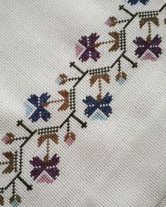 No photo description available. Cross Stitch Art, Cross Stitch Borders, Cross Stitch Flowers, Cross Stitch Embroidery, Cross Stitch Patterns, Bed Runner, Bargello, Cute Drawings, Needlework