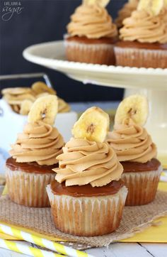 Banoffee Cupcakes - moist banana cupcake, with a layer of dulce de leche, finished off with dulde leche icing and a banana chip! Banoffee Cupcakes, Banana Cupcakes, Cupcake Cookies, Mocha Cupcakes, Strawberry Cupcakes, Velvet Cupcakes, Vanilla Cupcakes, Chip Cookies, Banana Dessert Recipes