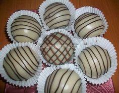 Je reviens vers vous aujourd'hui avec une délicieuse recette de boules de chocolat fourrées à la confiture, cacahuètes et halwat tork. Un délicieux gâteau pour le jour de l'Aïd. Temps d… 20 Min, Mousse, Biscuits, Caramel, Muffin, Food And Drink, Hui, Breakfast, Desserts