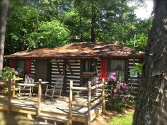 Our historic log cabin rentals are conveniently located to downtown Asheville NC. Many of our cabins have fireplaces and kitchens, all have air conditioning. Consider sitting back in a historic cabin… Log Cabin Exterior, Log Cabin Homes, Log Cabins, Lofts, Hunting Cabin, Nashville, Timber House, Mountain Homes, Cabins And Cottages