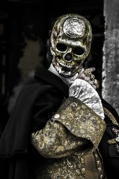 Silver Mask is quite haunting, most amazing in a Shakespearean death at the door, inspires a story for certain. Brilliant Carnival of Venice . Venice Carnival Costumes, Venetian Carnival Masks, Carnival Of Venice, Venetian Masquerade, Masquerade Ball, Authentic Costumes, Silver Mask, Gothic, Antique Perfume Bottles