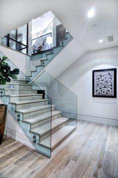 elegante escalera con vitrales a los lados