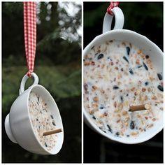 Logisch, denn eine hängt gefüllt mit Vogelfutter draußen. Die Tasse auf dem Bild habe ich auf unserem kleinen, aber feinen Adventsmarkt geka...