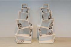 Bookcase BABYLON è espressione di un rapporto di equilibrio di piani inclinati che rivoluzionano lo schema tradizionale di libreria e creano spazi contenitivi capienti e irregolari capaci di ospitare libri ed oggetti di diverse dimensioni.