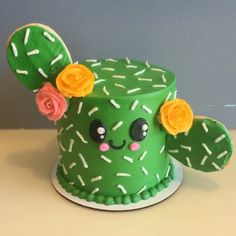 How cute is this Cactus🌵 Cake! The main part of the cactus is cake and the arms are sugar cookies! Try adding Green Tinker Dust™ to make this Kawaii Cake shimmer and shine✨. Cake Decorating Videos, Cake Decorating Techniques, Cookie Decorating, Crazy Cakes, Bolo Laura, Edible Glitter Dust, Spongebob Birthday Party, Football Birthday Cake, Fish Cake Birthday