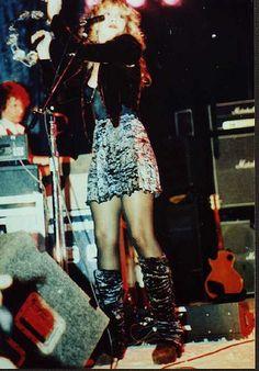 Stevie Nicks in a mini skirt on stage when performing with Bob Welch and Fleetwood Mac Looks Hippie, Stevie Nicks Fleetwood Mac, Stevie Nicks 70s, Stevie Ray, Buckingham Nicks, Stephanie Lynn, Velvet Mini Skirt, Vogue, Look Vintage