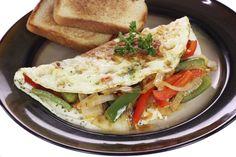 Omelet de vegetales: Mezcla dos claras de huevo, una yema, espinaca, tomates y pimiento morrón. Este desayuno es sumamente saludable.
