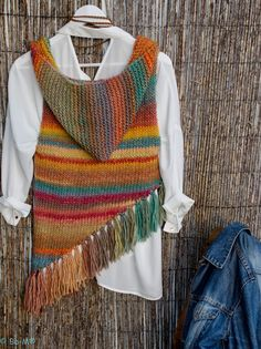 Nozzle vest with fringes and Hood Handmade Knitwear wool and acrylic found on D'Arte current Crochet Poncho, Knitted Shawls, Crochet Scarves, Crochet Clothes, Crochet Stitches, Crochet Baby, Knitting Patterns, Crochet Patterns, Crochet Woman