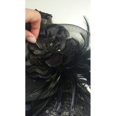 Voltando ao trabalho que amo... vestidos feito à mão... detalhe aplicação de flor e plumas. Gabriela Casagrande Ateliê.