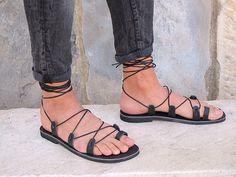 Sandalias de Gladiador de los hombres. Disponible en seis colores. Ares 02 nuevo de GreekChicHandmades en Etsy https://www.etsy.com/mx/listing/293276829/sandalias-de-gladiador-de-los-hombres
