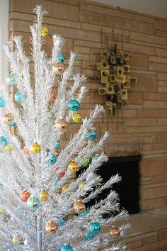 Silver Tinsel Christmas Tree, Vintage Aluminum Christmas Tree, Modern Christmas, Simple Christmas, All Things Christmas, White Christmas, Vintage Christmas, Christmas Holidays, Country Christmas