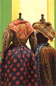 Les Indiennes Textiles - Travel and Tourism in Provence Traditional Fabric, Traditional Dresses, Traditional French Clothing, Vintage Outfits, Vintage Fashion, Provence, French Fabric, Historical Clothing, Historical Dress
