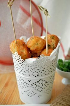 Croquetas de patata y bacalao con salsa alli-oli y langostinos No Cook Appetizers, Appetizer Recipes, Food Porn, Spanish Dishes, Weird Food, Food Decoration, English Food, Appetisers, Fish Recipes