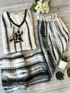 Kurti Neck Designs, Kurti Designs Party Wear, Pakistani Outfits, Indian Outfits, Indian Fashion Dresses, Fashion Outfits, Muslim Fashion, Kaftan Style, Fancy Dress Design