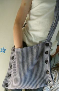 sac fermé sur le coté avec des gros boutons