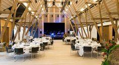 位於丹麥的諾瑞沃斯堡酒店(Nørre Vosborg),莊園建築經過Arkitema團隊重新設計改建,外觀樸實無華,使用西伯利亞落葉松木,貫穿整個建築,成為文化場館及會議中心使用。 via http://www.nrvosborg.dk