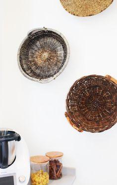 Taches d'osier aux murs de la cuisine Croissy Sur Seine, Beautiful Homes, Decorative Bowls, Home Decor, Kitchen Walls, Stains, Wicker, House Of Beauty, Decoration Home