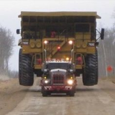 I know it's not a pete but this is a sweet picture. Truck is a Kenworth custom heavy haul with a Cat on wagon Vintage Tractors, Old Tractors, Vintage Trucks, Big Rig Trucks, Dump Trucks, Tow Truck, Mining Equipment, Heavy Equipment, Monster Trucks