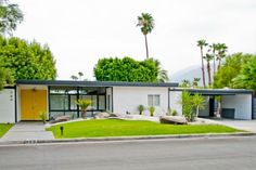 Great Palm Springs decorating ideas for Engaging Exterior Midcentury design ideas with bright yellow door flat roof Hollywood Regency mid-century mid-century modern modern furniture Palm Springs Mid Century Modern, Mid Century Modern Decor, Mid Century Design, Midcentury Modern, Mid Century Modern Houses, Mid Century Modern Landscaping, Modern Exterior, Exterior Colors, Exterior Design