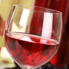 Você que adora uma taça de um bom vinho rosé, sabe como ele é feito?    Muitos acreditam que ele é produzido a partir de uma mistura entre vinhos tintos e brancos. Bem, sentimos informar que não é bem assim.    Acredite se quiser, na produção do vinho rosé são utilizadas na grande maioria apenas uvas tintas. Então por que ele é mais 'translúcido' e rosado?    Para se aproximar de um tom mais suave, as cascas da uva - que dão a intensidade da cor - ficam menos tempo em contato com o mosto.