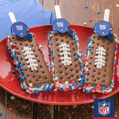 Cool down this summer with a frozen treat – and Giants pride. These G-men ice cream sandwich pops are easy to make: add a popsicle stick, roll in team color sprinkles, and add on a DecoPac accessory.