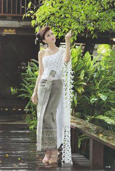 Thai Traditional Dress Thai Wedding Dress, Khmer Wedding, Traditional Thai Clothing, Traditional Dresses, Thailand National Costume, Thailand Fashion, Thai Fashion, Thai Dress, Kimono Dress