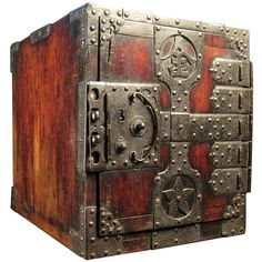 Large Japanese Sea Captains Chest Designer was Sado Craftmen,from Japan… Old Trunks, Vintage Trunks, Trunks And Chests, Wooden Trunks, Antique Safe, Vault Doors, Japanese Furniture, Sea Captain, Shipping Crates