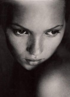 A model's portrait without her usual supporting cast: hair, clothes, jewellery. Kate Moss by Paolo Roversi. via Sandra Ro Paolo Roversi, Patrick Demarchelier, Kate Moss, Richard Avedon, Black And White Portraits, Black And White Photography, Portrait Girl, Bride Portrait, Portrait Photography