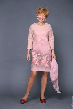 Купить или заказать валяное платье 'Утро в моем саду' в интернет-магазине на Ярмарке Мастеров. Простое и элегантное платье с нежным цветочным принтом. Мягкая итальянская шерсть и цельноваляная подкладка из маргеланского шелка подарят самые приятные ощущения. Это платье можно надеть и в театр, и на работу. Рукав 'летучая мышь' делает его очень комфортным в носке. Сзади застежка 'капелька'. Можно изготовить в другом размере. Цена актуальна до 50 р-ра .