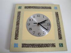 Relojes de pared, de formas diversas y variedad de tamaños, de diferentes colores y diseños. Imprescindibles. Sumamente decorativos.