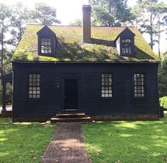 Gate cottage at Elsing Green. Mossy shingle roof, 9 over greek entrance, and upon peeping inside, a colonial red wood-paneled… Black Exterior, Exterior Colors, Exterior Design, Exterior Paint, Primitive Homes, Saltbox Houses, Old Houses, Dark House, Country House Plans