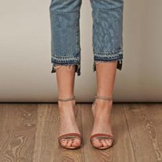 Staggered hem The customised hem focus with a staggered hemline reinforces the importance of the cropped skinny jean for this season.- cropped skinny jeans AR