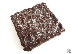 Ingrediënten  600 gram chocolade (lactosevrij of pure chocolade)  450 ml kokosmelk  75 gram cranberry's  75 gram amandelen  50 gram mini marshmallows  Kokosrasp    Bereidingswijze  1. Doe de kokosmelk in een pannetje en verwarm op zacht vuur.  2. Breek of snijd de chocolade in kleine stukjes. Voeg de chocolade toe aan de kokosmelk, en roer totdat de chocolade goed gesmolten en vermengd is met de kokosmelk.  3.