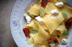 Kuchnia Bazylii: Makaron z suszonymi pomidorami, kozim serem i szałwią