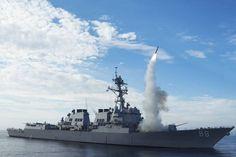 Na primeira ofensiva militar do governo Trump, forças americanas lançam 50 mísseis contra uma base aérea do regime sírio  Os Estados Unidos lançaram na noite desta quinta-feira uma ofensiva militar na Síria.   #EUA bombardeiam alvos de Assad na Síria