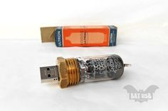 BAT™ 32 GB USB flash drive - Vintage radio tube Ultron steampunk usb - Pentode Copper - Vacuum glass tube logo -Red Led - Original packaging by Usb Drive, Usb Flash Drive, Hard Disk Drive, New Gadgets, Red Led, Geek Stuff, Cool Stuff, Tube, Handmade Art