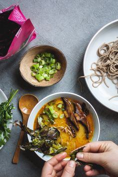 Coconut Dulse Ramen - Creamy, spicey and smokey broth topped with portobello, ramen, cilantro and seaweed bacon Raman Recipes, Lunch Recipes, Cooking Recipes, Mushroom Pasta, Cast Iron Cooking, Japanese Food, Ramen, Main Dishes, Stuffed Mushrooms