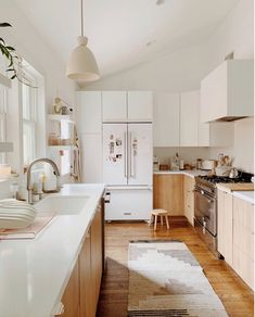 5 Kitchen Storage Solutions That Can Help Even The Smallest Space White Kitchen Cabinets Kitchen Smallest Solutions Space Storage Classic Kitchen, Farmhouse Style Kitchen, Modern Farmhouse Kitchens, Country Kitchen, Home Kitchens, Rustic Kitchen, Small Kitchens, Swedish Kitchen, Eclectic Kitchen