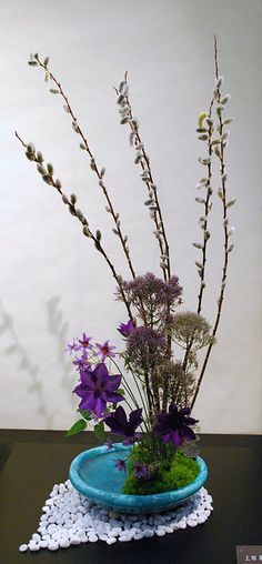 These photos were taken at the Ikebana Exhibition in Kyoto. Unique Flower Arrangements, Ikebana Flower Arrangement, Ikebana Arrangements, Flower Centerpieces, Chinese Flowers, Japanese Flowers, Bonsai Plante, Ikebana Sogetsu, Art Floral