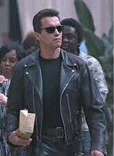 Arnol schsennegger en terminaitor 4 con una chupa y un pantalon de cuero negro.
