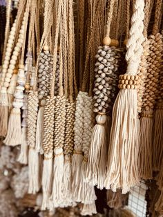 Decor Crafts, Diy Crafts, Deco Boheme, Diy Letters, Yarn Wall Hanging, Passementerie, Boho Diy, Macrame Patterns, Plastic Canvas Patterns