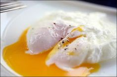 How to poach an egg IMO this is the best way to cook eggs because I get a soft yolk with no added fat Also it s delicious and sooo easy Easy Poached Eggs, Ways To Cook Eggs, Buckwheat Pancakes, Kid Friendly Meals, Easy Meals, Easy Recipes, Cooking, Breakfast, Ethnic Recipes