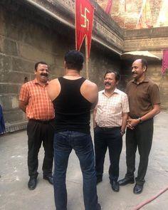 Having a Chulbul time on the sets of prabhudheva arbaazkhanofficial Celebrity Fashion Looks, Celebrity Style, Bollywood Stars, Bollywood Fashion, Ek Tha Tiger, Salman Khan Photo, Instant News, Every Girl, Celebrities